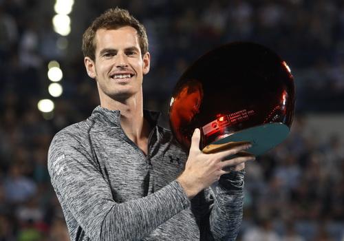Andy Murray nhận cúp vô địch với cái vai đau