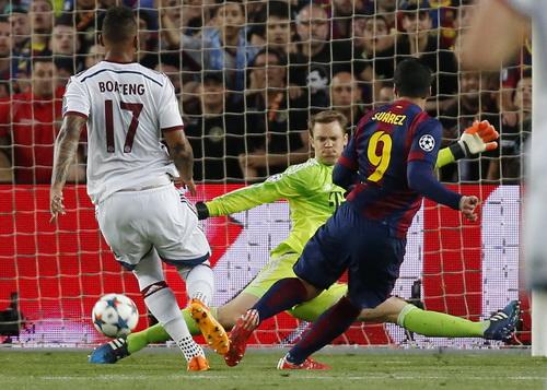Neuer cản phá bằng chân cú sút kỹ thuật của Suarez