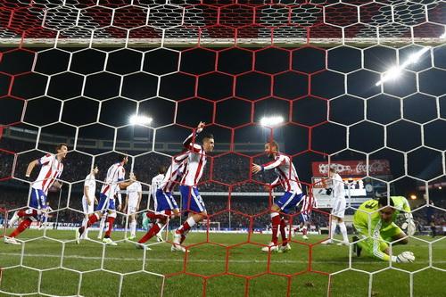 Chủ nhà Atletico vui mừng sau bàn thắng thứ nhì của Gimenez