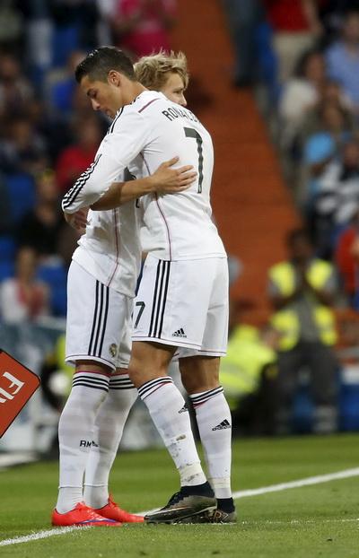 Martin Odegaard (trái) ra sân với tư cách cầu thủ trẻ nhất Real Madrid tại La Liga