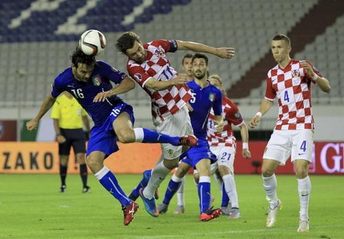 Marco Parolo (Ý, 16) đánh đầu trước sự tranh chấp của Dario Srna