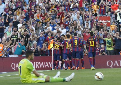 Pedro vui mừng với đồng đội khi thủ môn Rulli thất vọng với bàn thua thứ nhì