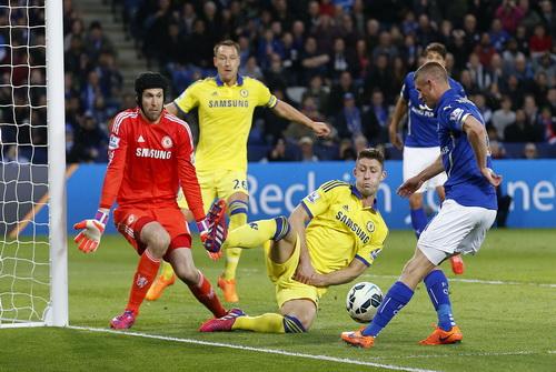 Hàng thủ Chelsea gặp nhiều khó khăn, kể cả thủng lưới, trong hiệp một