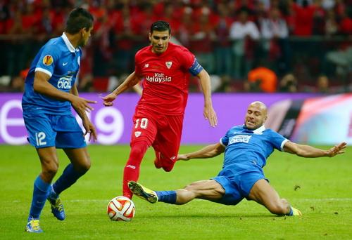 Antonio Reyes đi bóng giữa vòng vây các hậu vệ Dnipro