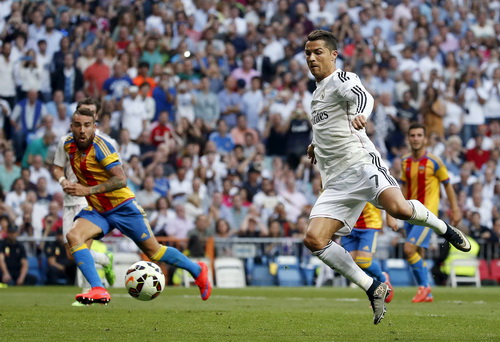 ... trong khi Ronaldo không sút nổi quả phạt 11 mét