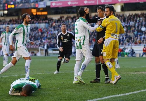 Ronaldo tranh cãi sau khi phạm lỗi...