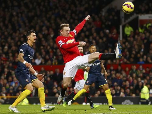 Rooney bất lực trước sự đeo bám của hàng thủ Southampton