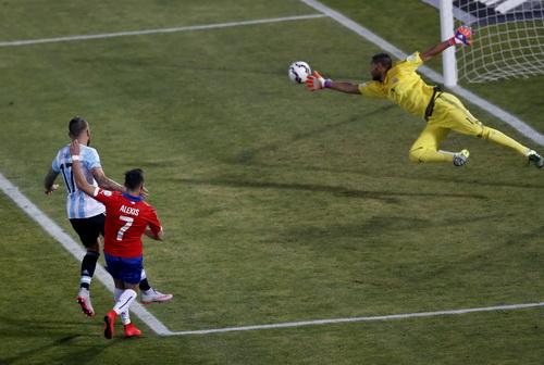 Sanchez (7) bỏ lỡ các cơ hội trong trận nhưng sắm vai người hùng ở loạt đá luân lưu