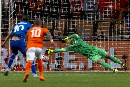 Gilfy Sigurdsson ghi bàn duy nhất cho Iceland