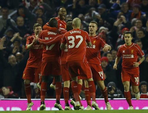 Raheem Sterling (giữa) đem lại hy vọng cho Liverpool trước trận lượt về
