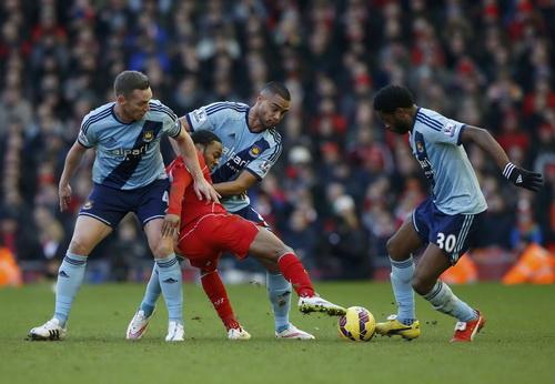 Sterling xoay trở trong vòng vây West Ham trước khi ghi bàn