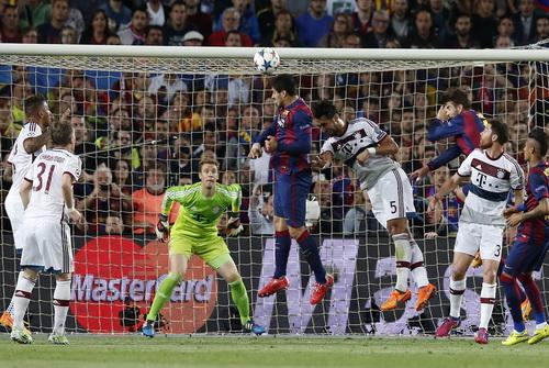 Pha đánh đầu vọt xà đáng tiếc của Suarez trước hàng thủ Bayern