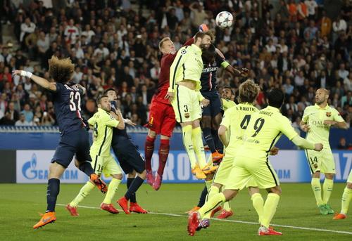 Barcelona đặt một chân vào bán kết