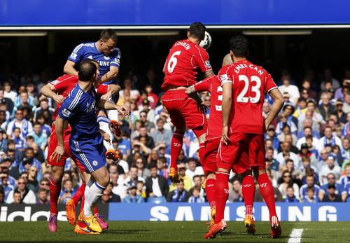 John Terry (trái) đánh đầu ghi bàn mở tỉ số từ phút thứ 5