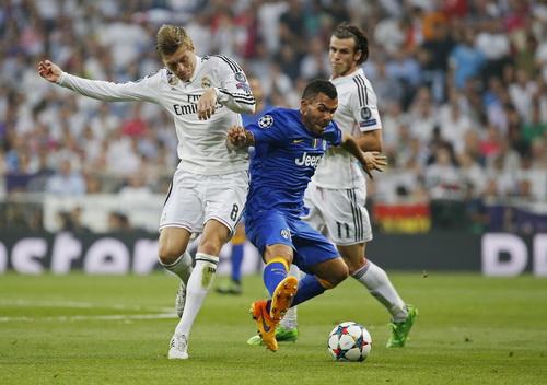 Carlos Tevez trong vòng vây các hậu vệ Real Madrid