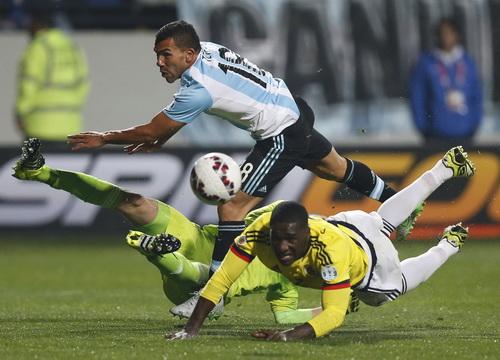 Carlos Tevez bỏ lỡ cơ hội ghi bàn ở cuối trận