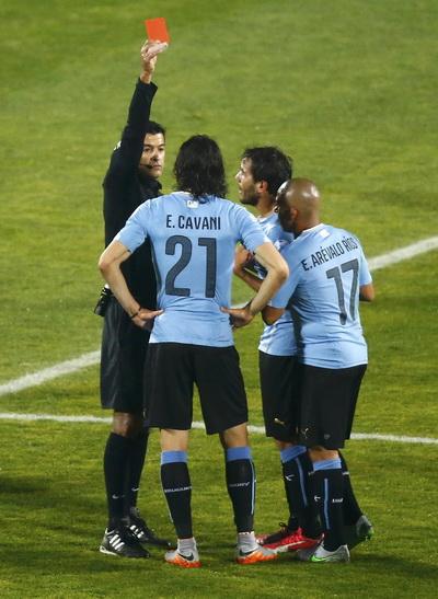 Tấm thẻ đỏ của Cavani là bước ngoặt của trận đấu