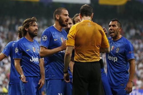 Các cầu thủ Juventus tranh cãi về quả phạt đền nhưng bất thành
