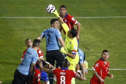 Thủ môn Claudio Bravo hóa giải các pha tấn công của Uruguay