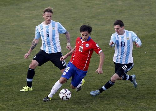 Tiền vệ kiến thiết Jorge Valdivia (Chile) cũng bị vô hiệu hóa