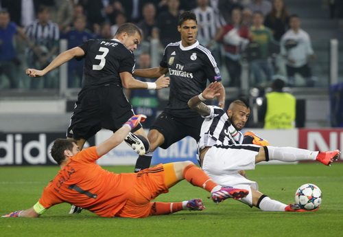 Arturo Vidal xông xáo giữa hàng thủ Real Madrid