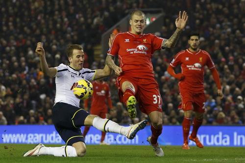 Hàng thủ Liverpool gặp nhiều khó khăn trước Harry Kane (trái)