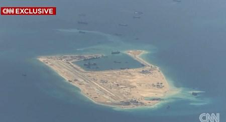 Các hình ảnh từ CNN cho thấy Trung Quốc đang ráo riết xây đảo nhân tạo trên Biển Đông. Ảnh: Các cơ sở quân sự và đường băng đang được Trung Quốc xây dựng trên đảo nhân tạo