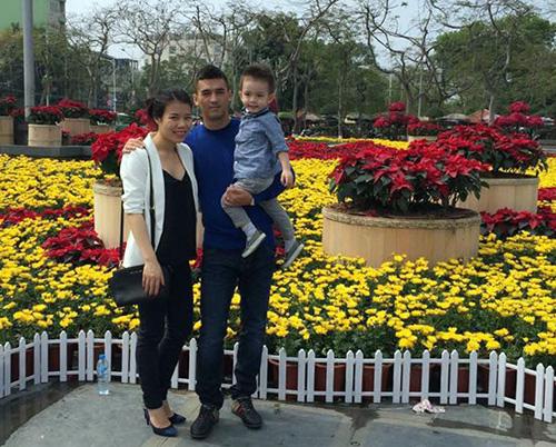 Đặng Văn Robert cùng vợ và con trai đi dạo đường hoa