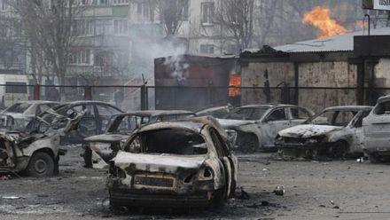 Hàng loạt ô tô bị thiêu rụi sau các vụ tấn công tại thành phố Mariupol ngày 24-1 (Ảnh: AP)