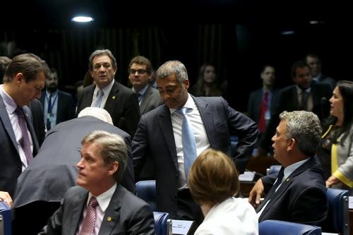 Nghị sĩ Romario (giữa) yêu cầu điều tra CBF
