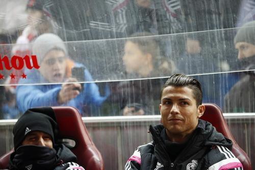 Ronaldo và Fabio Coentrao ngồi dự bị, chứng kiến bàn thua đầu tiên của đội nhà