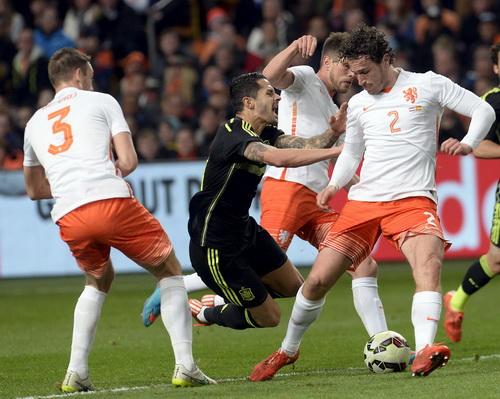 Stefan de Vrij (3) ghi bàn mở tỉ số cho Hà Lan