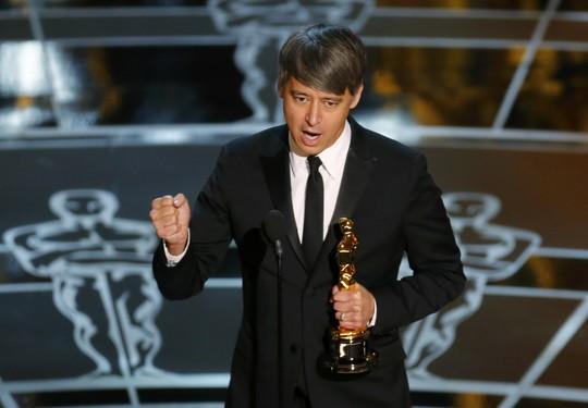 Tom Cross lúc nhận giải tại Oscar 2015. Ảnh: Reuters