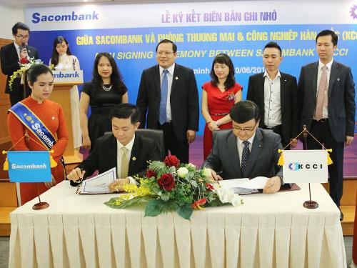 Ông Nguyễn Minh Tâm – Phó TGĐ Sacombank (trái) và Ông Cho Young Jun – Trưởng đại diện KCCI tại Việt Nam ký kết biên bản ghi nhớ