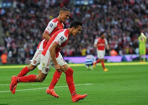 Alexis Sanchez (phải) vui mừng sau bàn mở tỉ số phút 39