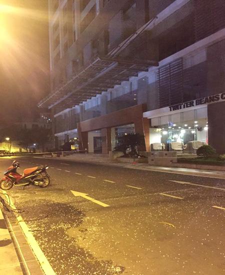 Nhiều mảnh thủy tinh rơi xuồng đường sau vụ nổ và chập điện