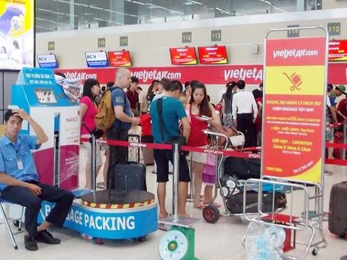 Hành khách đang làm thủ tục chech in tại sảnh E Nhà ga hành khách T1 ở sân bay Nội Bài - Ảnh minh họa