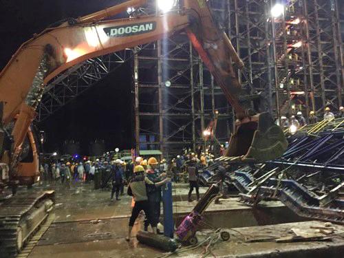 Lực lượng cứu hộ đang khẩn trương tiến hành công tác cứu hộ, cứu nạn các nạn nhân của vụ sập giàn giáo - Ảnh: ANTĐ