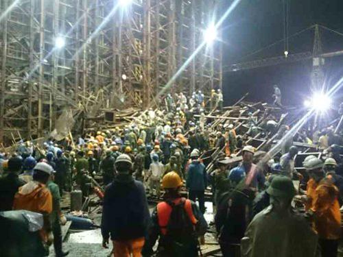 Lực lượng cứu hộ, cứu nạn thức trắng đêm tìm kiếm, cứu các nạn nhân trong đống đổ nát sập giàn giáo Formosa - Ảnh: CTV