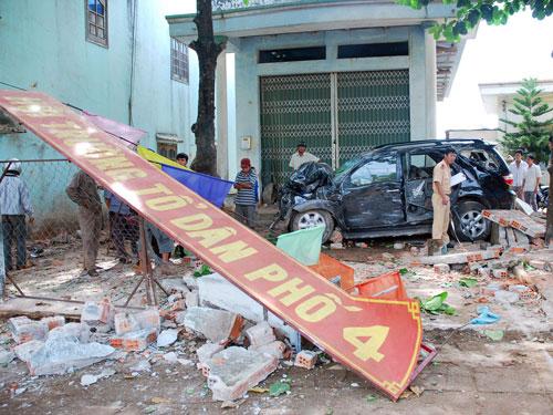 Một xe ô tô do tài xế sai sỉn điều khiển tông vào nhà dân ở TP Pleiku - Gia Lai