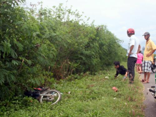 Một thanh niên say quắp cần câu lao xe máy vào hàng cây ven Quốc lộ 1 ở Khánh Hòa