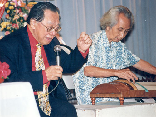 GS-TS Trần Văn Khê và GS Vĩnh Bảo trong chương trình biểu diễn của CLB Tiếng hát Quê hương tại Cung Văn hóa Lao động TP HCM