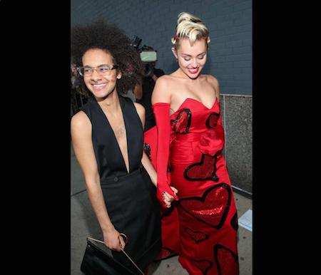 Miley dự sự kiện cùng bạn