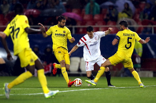 Kevin Gameiro (Sevilla, giữa) trước hàng thủ Villarreal