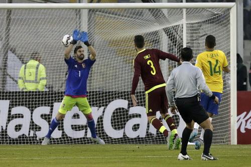 Thiago Silva (14) mở tỉ số sớm cho Brazil