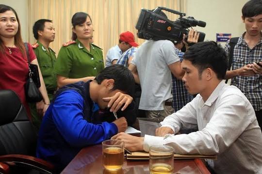 Phan LưuThế Sơn của Đồng Nai, một trong 6 cầu thủ tham gia bán độ, viết bản tường trình tại cơ quan công an