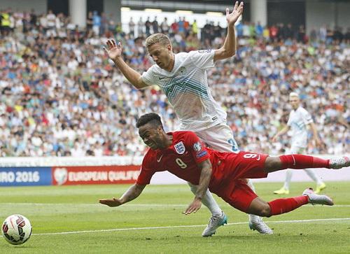 Sterling trong trận tuyển Anh gặp Slovenia ở vòng loại Euro 2016
