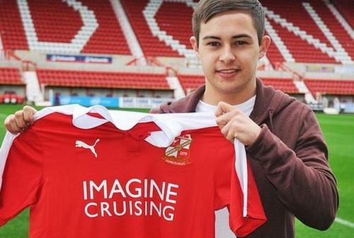 Jordan Stewart trở thành cầu thủ chuyện nghiệp ở Swindon Town FC