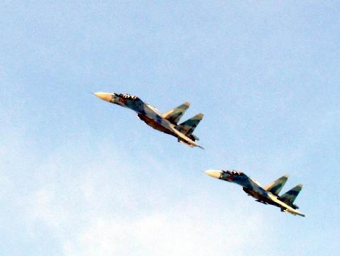 2 máy bay Su-30MK2 bay tuần tra bảo vệ chủ quyền Tổ quốc tại Trường Sa - Ảnh: QĐND chụp từ Trường Sa