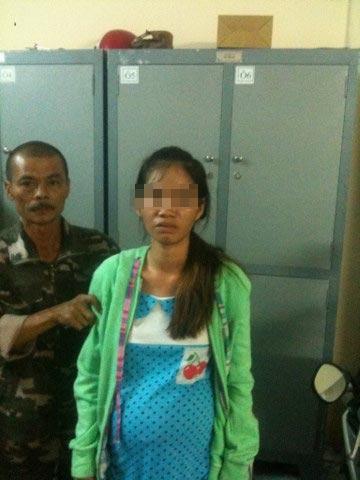 """""""Hiệp sĩ"""" Trần Văn Hoàng khống chế bà bầu Trần Thị Ngọc Thảo vừa trộm đã bị bắt."""